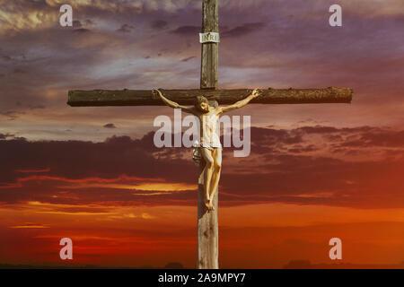 Jesus Christus am Kreuz über sunrise er Sieg in Ostern auferstanden ist, Karfreitag Sonnenuntergang Welt christlichen Gott religiöse - Stockfoto