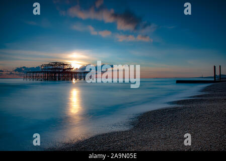 West Pier bei Sonnenuntergang, Brighton, Hove, East Sussex, England, UK, GB - Stockfoto