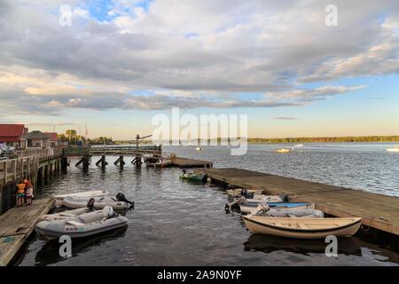 Hafen mit Booten und Dock im Sommer, Castine, Maine, New England, USA - Stockfoto