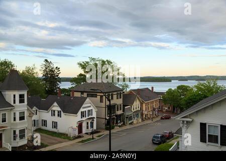 Luftaufnahme von kleinen Neu-England Stadt Hauptstraße mit Blick auf den Ozean, Castine, Maine, USA - Stockfoto