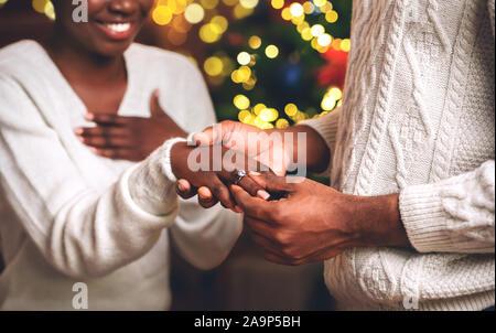 Schwarze Kerl putting Diamantring auf's Freundin Finger nach dem Vorschlag - Stockfoto