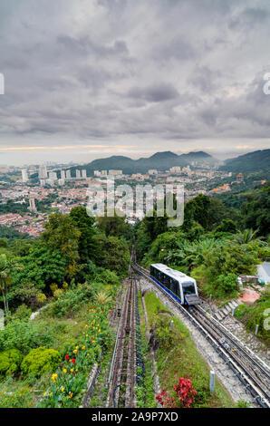 Die Penang Hill Railway ist eine einsektionsförmige Standseilbahn, die von Air ITAM aus den Penang Hill am Stadtrand von George Town besteigt. - Stockfoto