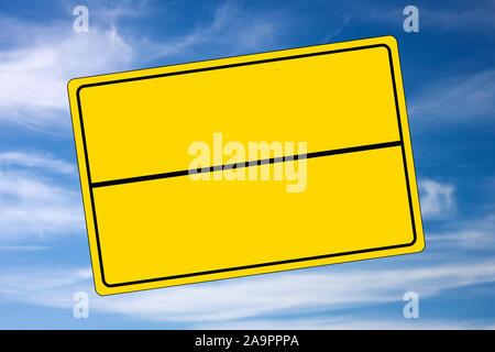 Schild gelb mit Kopie Platz am Himmel Hintergrund - Stockfoto