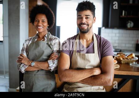Portrait von glücklichen Köche in der Küche. Gesundes Essen, Kochen, Leute, Küche Konzept - Stockfoto