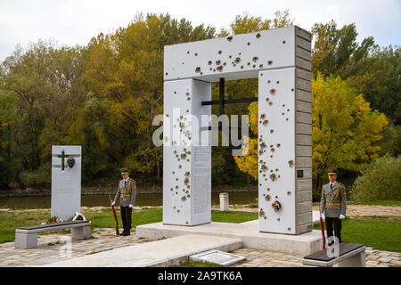 """Die Slowakische ehrenwache am Denkmal """"Brana Slobody"""" (Tor der Freiheit) Gedenken an Menschen, die an der Grenze auf der Flucht getötet wurden. - Stockfoto"""
