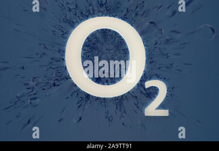 Logo O2 in der Oxford Street, London, England, UK gesehen. - Stockfoto