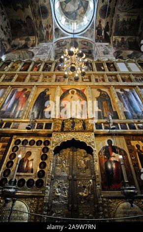 Kathedrale des Erzengels Innenraum mit gemalten Ikonen. Cathedral Square, der Moskauer Kreml, Russland - Stockfoto