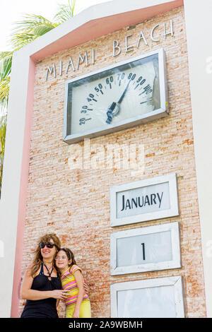 Miami Beach Florida Ocean Drive Art-Deco-Viertel Tag des Neuen Jahres Kalender Gelegenheit Fotos zu posieren Frau Mutter Mädchen Tochter - Stockfoto
