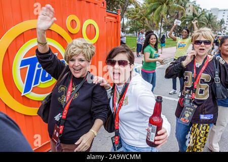Miami Beach Florida Ocean Drive Super Bowl XLIV Woche NFL Fußball Produkt Promotion Frau Frauen trinken jubelnden fans - Stockfoto