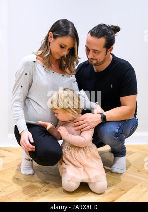 Schwangere Mama und Papa mit zwei Jahre alten Tochter Lebensstil Großbritannien - Stockfoto