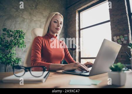 Tief unter dem Blickwinkel - Foto von qualifizierten Business Lady arbeitet sie an ihrem Projekt mit Laptop am Desktop Sitzung - Stockfoto