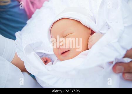 Bis zu schließen. süßes Neugeborenes im Decke gewickelt - Stockfoto