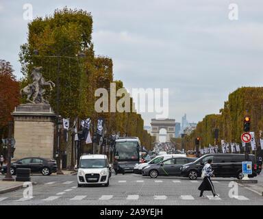 Paris, Frankreich - Oct 3, 2018. Paris berühmte Sehenswürdigkeit Champs-Elysees mit dem Arc de Triomphe. - Stockfoto