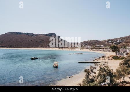 Mykonos, Griechenland - 23 September, 2019: Hohe Betrachtungswinkel von Panormos Beach auf einem hellen, sonnigen Tag. Panormos ist ein Strand an der nördlichen Seite von Mykonos Isla - Stockfoto