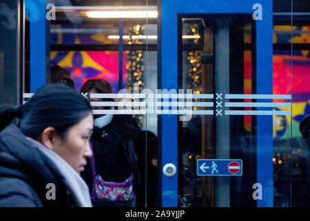 AMSTERDAM, Stadtzentrum, 18-11-2019, höhere Fahrpreise der öffentlichen Verkehrsmittel. Das umfangreiche Netzwerk wird durch die GVB betrieben und verbindet die Stadt mit dem Zug, der Straßenbahn, der U-Bahn, Bus und Fähre. Unbegrenzte Nutzung der öffentlichen Verkehrsmittel in Amsterdam mit dem OV Chipkarte. - Stockfoto