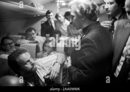 Frau Margaret Thatcher 1983 Allgemeine Wahlkampf auf der Druckmaschine Schlacht-Bus an die Mitglieder der Presse 1980 s UK Fotograf Herbie Knott bei ihr suchen. HOMER SYKES Stockfoto
