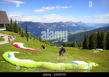 Gleitschirmflieger starten zu einemTandemsprung, Planai, Schladming, Steiermark, Österreich, Europa - Stockfoto