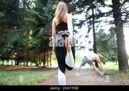 Schöne Frau Stehen auf einem Bein Stockfoto
