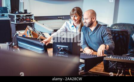 Sänger oder Künstler und Toningenieur im Studio arbeitet - Stockfoto