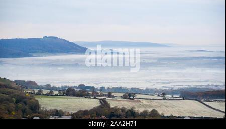 Brighton UK November 2019 19 - Am frühen Morgen Nebel und Frost legt über die Landschaft von der South Downs Nördlich von Brighton nach der kältesten Nacht der Herbst so weit mit Temperaturen tauchen so niedrig wie minus 9 Grad in einigen Teilen von Schottland. Foto: Simon Dack/Alamy leben Nachrichten