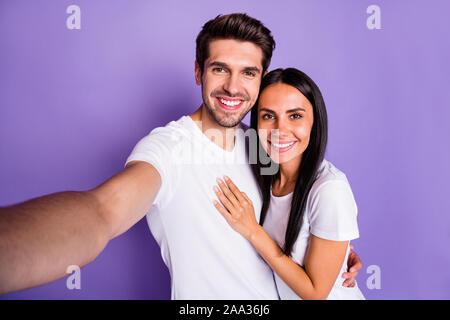 Self-portrait Seiner er ihr, daß sie schöne attraktive charmante schön süß Heiter Heiter froh Paar Ausgabe Zeit Urlaub umarmen auf isolierte - Stockfoto