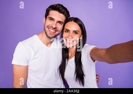 Self-portrait Seiner er ihr, daß sie schöne attraktive charmante herrlich niedlich süß Heiter Heiter Paar soulmate Ausgabe Zeit umarmen isoliert auf Violett - Stockfoto