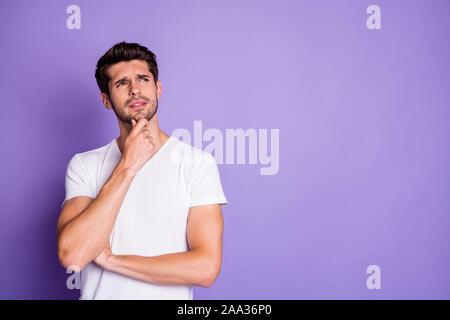 Porträt Seiner er schön schön schön Verdächtigen brunette Kerl berühren Kinn denken kopieren Raum isoliert auf purpur violett lila Farbe Pastell - Stockfoto