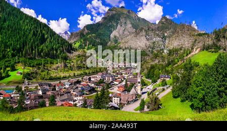 Schöne Cortina D'Ampezzo Dorf, mit Blick auf Dom, Häuser und Berge, Venetien, Italien. - Stockfoto