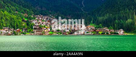 Schöne Alleghe das Dorf und den See, Provinz Belluno, Venetien, Italien. Stockfoto