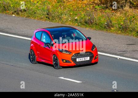 2015 Rot Ford Fiesta Zetec S Red Edition; Großbritannien Verkehr, Transport, moderne Fahrzeuge, Limousinen, South-bound motorisch auf der 3 Spur M61 Autobahn. - Stockfoto