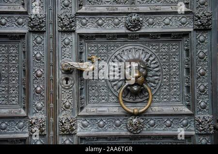 Carving Details über dem Haupteingang der Kathedrale, Köln, Nordrhein-Westfalen, Deutschland, Europa - Stockfoto
