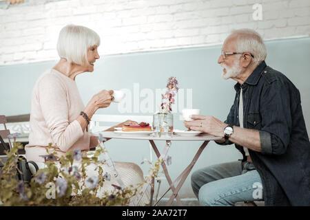 Positive schönes Alter Leute trinken Kaffee zusammen - Stockfoto