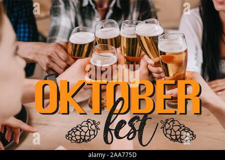 7/8-Ansicht von multikulturellen Freunde klirren Gläser Bier in der Nähe Oktoberfest Abbildung - Stockfoto