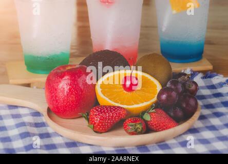 Mix Früchte in Holzplatte mit Fenster Beleuchtung.. - Stockfoto