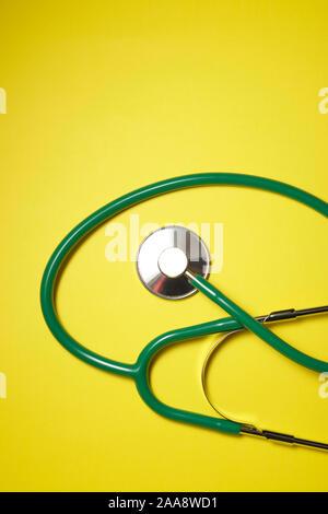 Stethoskop auf einem gelben Tabelle - Stockfoto