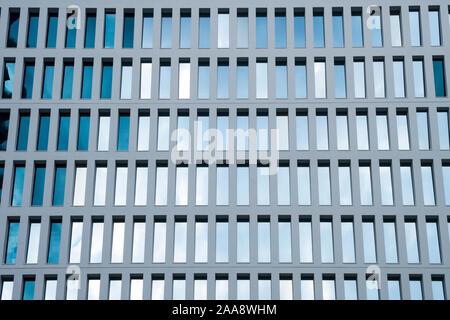 Bürogebäude windows Hintergrund. Abstrakte geometrische Muster von architektonischen Elementen gebildet. Konkrete modulare Struktur. Zeitgemäßes Gebäude. - Stockfoto