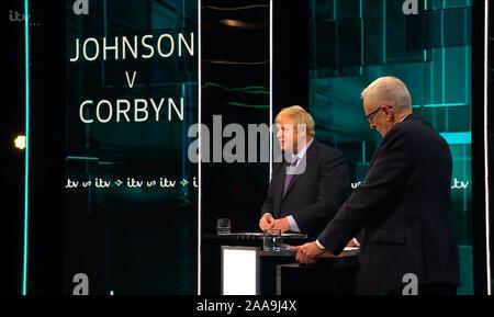 Broadcast-TV Video Capture, Vereinigtes Königreich. Nov, 2019 19. Der Führer der Jeremy Corbyn und Premierminister Boris Johnson Debatte live auf ITV heute abend als Teil der allgemeinen Wahlkampagne 2019. Datum: 20191119 - Kreditkarten: Equinox Licensing Ltd./Alamy leben Nachrichten