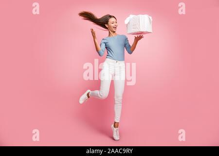 Volle Länge Körper Größe Foto fröhliche, positive niedlich hübsche Freundin werfen, und Haar in weißen Turnschuhen isoliert pastellfarbenen Hintergrund - Stockfoto