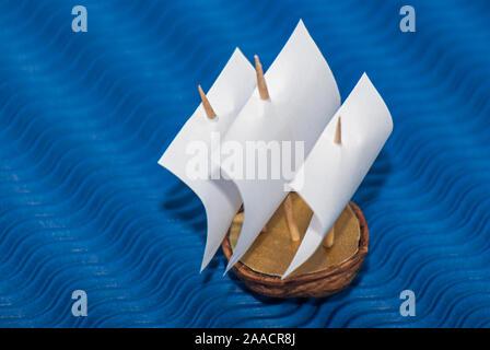 Reproduktion des Begriffs ein Segelschiff mit drei Masten auf hoher See mit einer Walnuss Shell. - Stockfoto