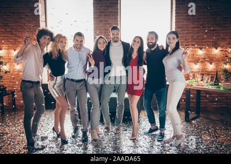 Volle Länge Körper Größe Foto fröhliche, positive Masse von Jugendlichen stehen in der Konfetti, v-sign lächelnd toothily Feiern mit - Stockfoto