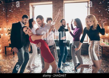 Foto fröhliche, charmante positive Paar von zwei Personen tanzen Valse von ihren Mitmenschen in fallenden Konfetti umgeben Stockfoto