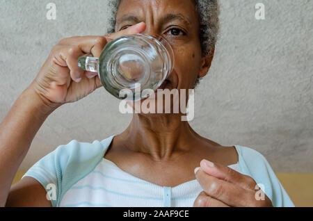 Frau-Trinkwasser - Stockfoto