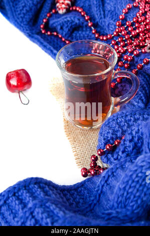 Heiße weihnachten Getränke schwarzer Tee in den türkischen Pokal mit neuen Jahr Dekorationen und Plaid auf Weiß. Winter - Stockfoto