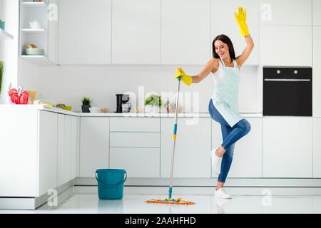 Volle Länge Foto von Crazy fröhliche gilr waschen Fußboden in Küche mit Mop wollen Spaß haben stellen Sie sich vor, Sie tanzt Clubbing heben die Hände schreien Entspannen - Stockfoto