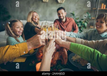 Erster Blick auf große Familie kleine Kinder reifen Rentner sammeln sitzen Tabelle feiern Thanksgiving Tag genießen Oktober Herbst schlemmen Mahlzeit halten - Stockfoto