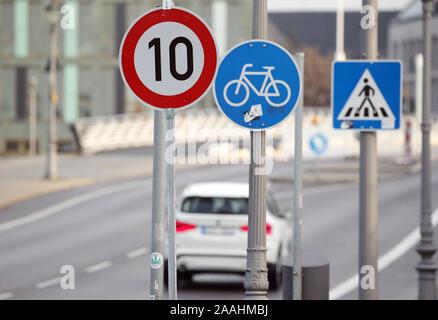 """22 November 2019, Berlin: Eine Vorbeifahren ein Verkehrsschild auf der Konrad-Adenauer-Straße im Bezirk Mitte, die schreibt eine maximale Geschwindigkeit von 10 km/h. Das Verkehrszeichen ist ein Zeichen, dass das Auto fahren wird. Die Anordnung einer 'speed 10 Zone"""" in Berliner Straßen ist nicht gestattet. Dies wurde durch die Berlin-brandenburgische Oberverwaltungsgericht entschieden. Da es keine """"Tempo-10-Zone Verkehrsschild in der Straßenverkehrsordnung und in den amtlichen Verkehrszeichen Katalog ist, kann eine Anordnung eines verkehrsberuhigten Bereich in dieser Form sein, die Begründung sei. Foto: Wolfg - Stockfoto"""