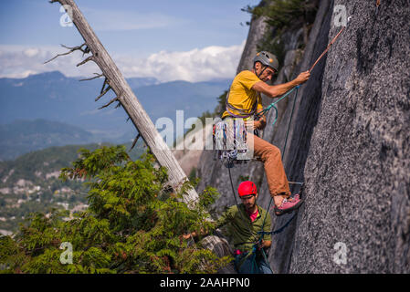 Freunde Trad Climbing, Squamish, Kanada - Stockfoto
