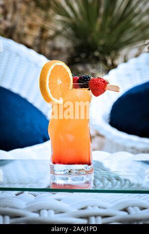 Fruit Punch auf Glas Tisch - Stockfoto