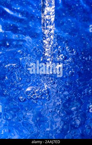 Ein Wasserstrahl erzeugen Blasen - Stockfoto