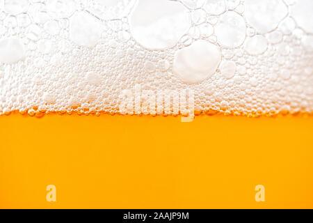 Helles Bier mit Blasen und Schaum Hintergrund. Bier Blasen Textur Nahaufnahme - Stockfoto